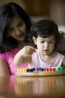 Hur man håller ett litet barn ockuperade samtidigt lära dem