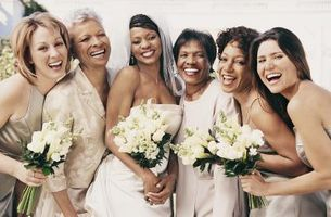 Hur man hittar brudtärna klänningar för att komplettera min brudklänning