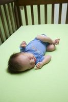 Hur får en bebis att sova i en krubba