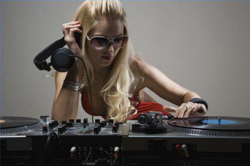 Hur du ställer in DJ-utrustning för nattklubbar