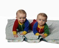 Transport av två barn från bilen till sittvagnen till dag vård