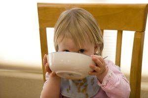 Hur får man ett litet barn att äta måltider vid bordet