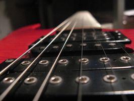 Hur man använder värme & klämmor att räta ut gitarr halsen